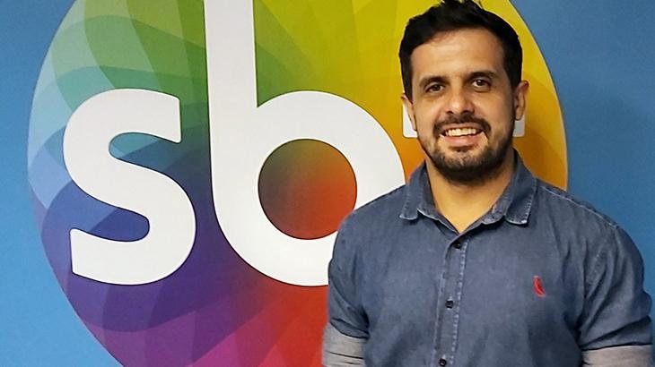 Diego Sangermano ao lado de Isabele Benito, âncora do jornal SBT Rio - Divulgação