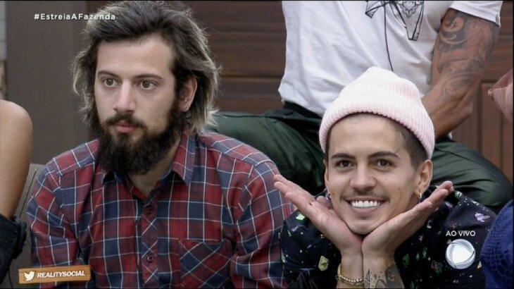 Lucas Cartolouco e Biel aparecem sentados em frame do programa desta terça-feira (8)