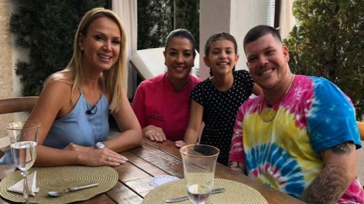 Eliana e família do Ferrugem - Foto: Divulgação/SBT