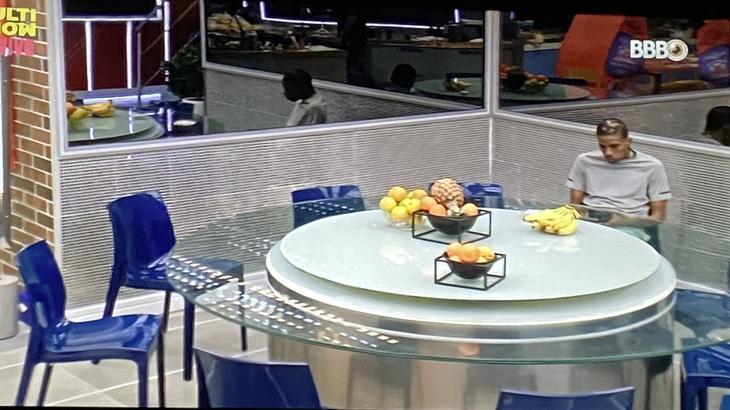 Lucas Penteado comendo sozinho no BBB21