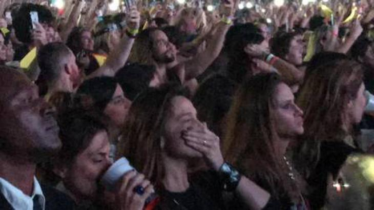Fernanda Gentil chora em meio a multidão - Foto: Reproduçaõ