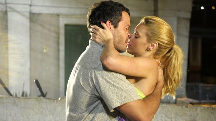 Cena de Fina Estampa com Quinze e Teodora se beijando