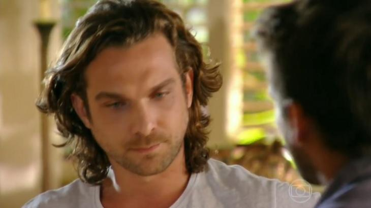 Cena de Flor do Caribe com Alberto olhando para Cassiano