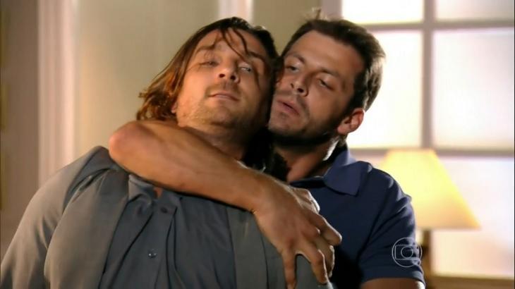 Cena de Flor do Caribe com Cassiano segurando Alberto pelo pescoço