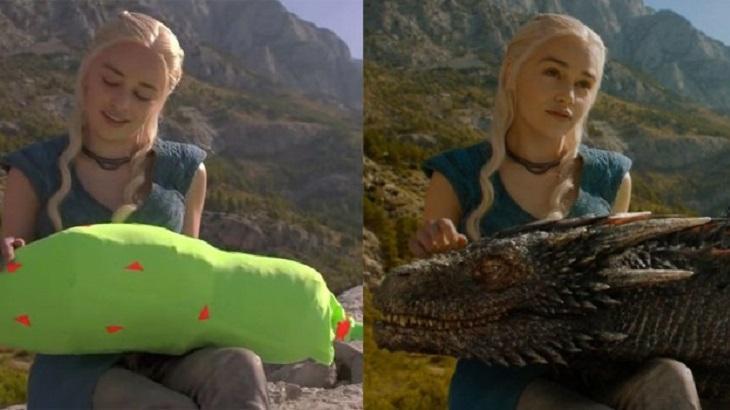 Emília Clarke em gravação em Game of Thrones. De um lado, segura uma espécie de almofada espumada. Do outro, a cena no ar, ela acariciando um dragão
