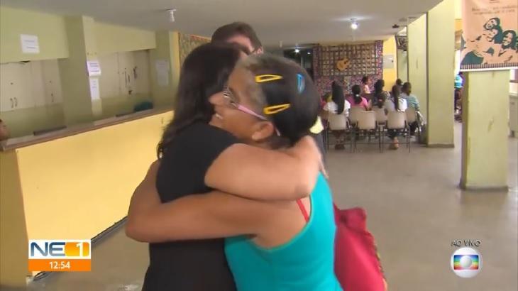 Entrevistada pediu um abraço para uma repórter da Globo. Foto: Reprodução/Globoplay