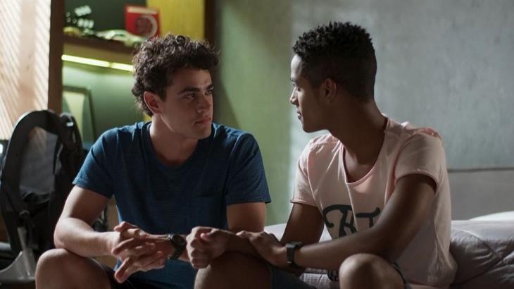 Cura? Teoria explica motivo de gays terem recaída com pessoas do sexo oposto nas novelas