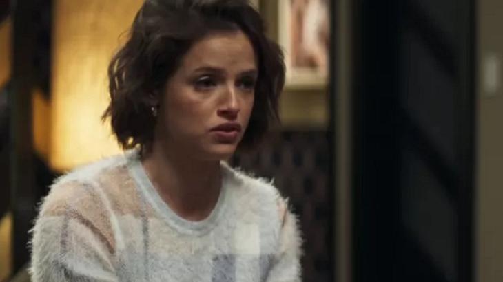Josiane (Ágatha Moreira) assassinará um homem no metrô, mas não perceberá que está sendo fotografada em