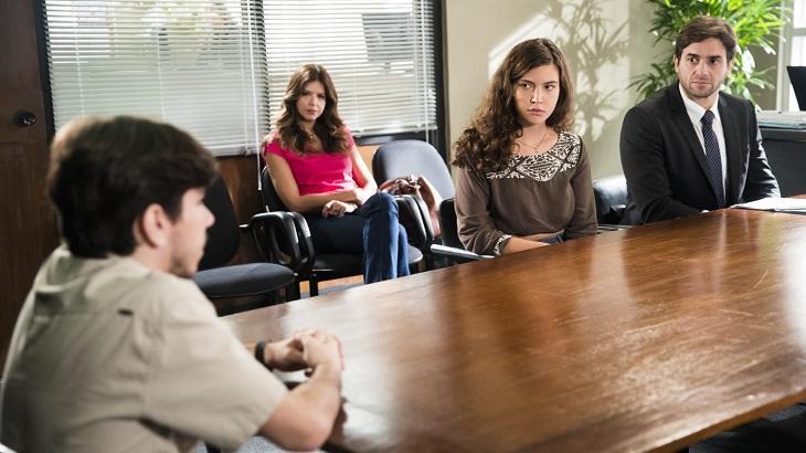 Em audiência, Tadeu (João Fernandes) vai mais atrapalhar que ajudar Rita na disputa com Lígia pela guarda de Nina em