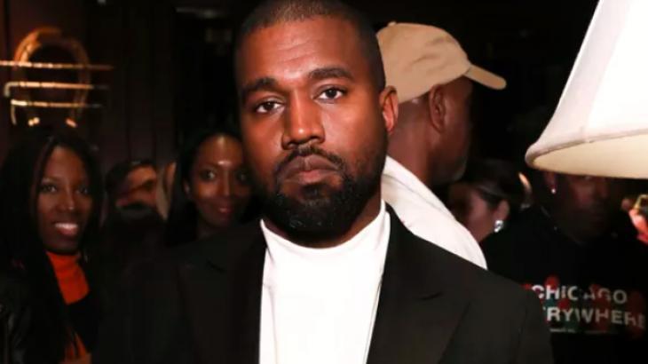 Kanye West com cara de aborrecido