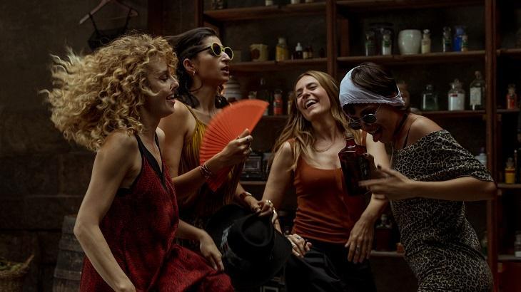 Elenco feminino de La Casa de Papel dançando na parte 4
