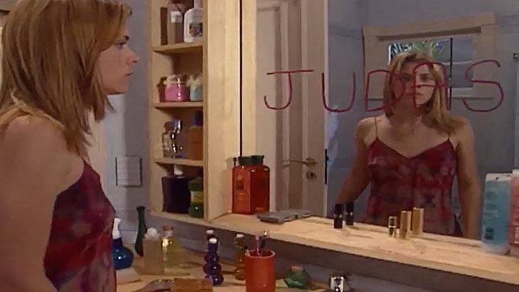 Cena de Laços de Família com Camila lendo Judas no espelho