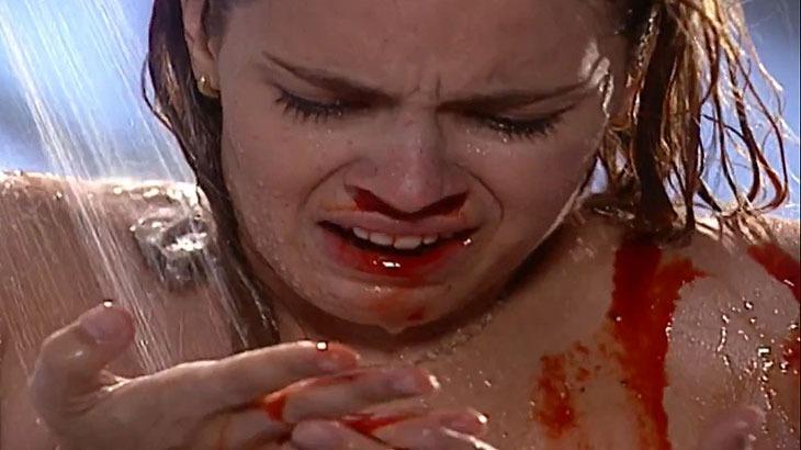 Laços de Família: Camila sangra em pleno banho e fica desesperada