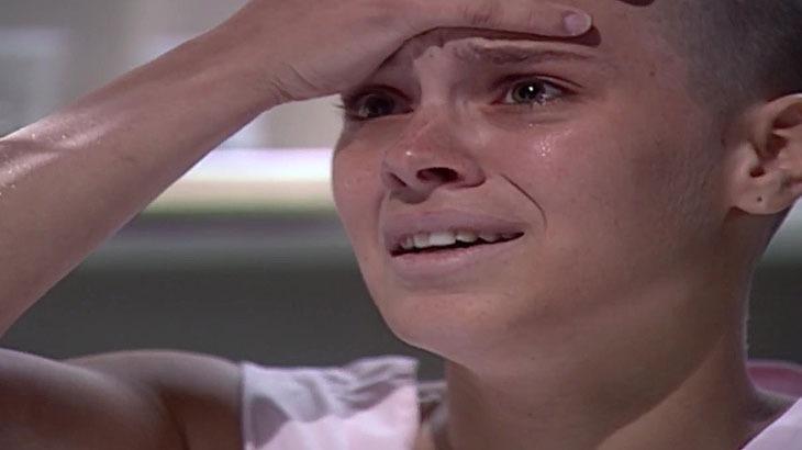 Cena de Laços de Família com Camila chorando com a mão na testa