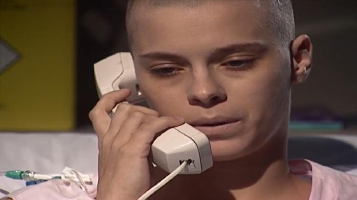 Cena de Laços de Família com Camila no telefone