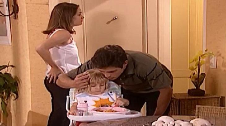Cena de Laços de Família com Fred abraçando filha e Clara observando