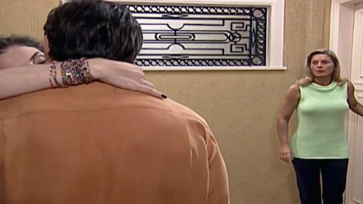 """Laços de Família: Helena flagra Fred com Capitu e detona vizinha: """"É justo?"""""""