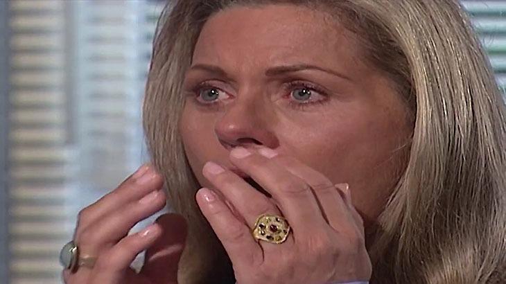 Cena de Laços de Família com Helena chorando com a mão indo ao rosto