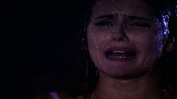 Cena de Laços de Família com Íris chorando na chuva
