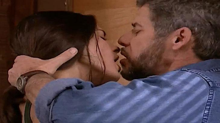 Cena de Laços de Família com Pedro e Cíntia se beijando