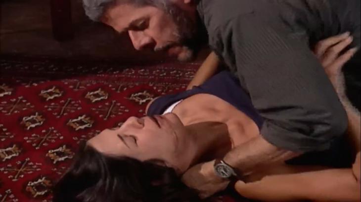 Cena de Laços de Família com Pedro deitado por cima de Cíntia