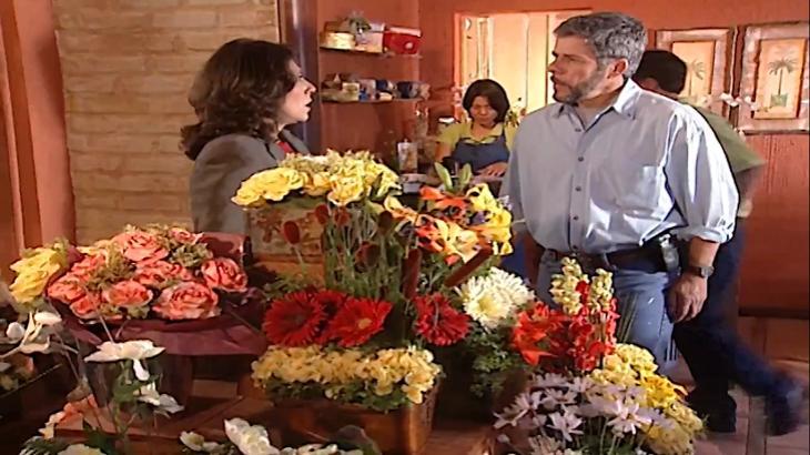 Cena de Laços de Família com Pedro e Silvia frente a frente na floricultura