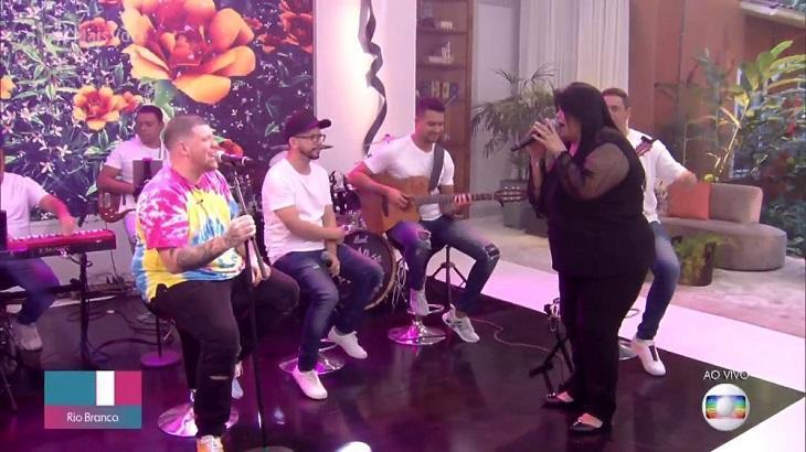 Mãe de Ferrugem canta com o cantor no palco do