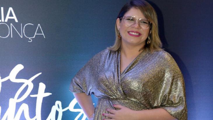 Marília Mendonça leva filho de um mês para tirar passaporte