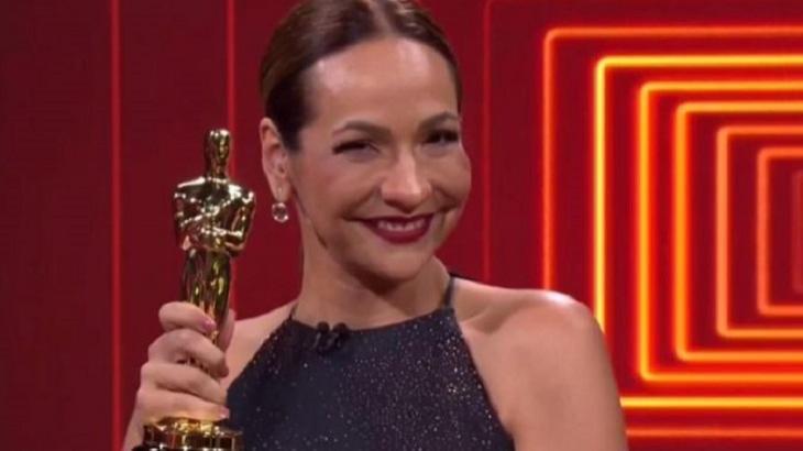 Maria Beltrão segurando a estatueta do Oscar