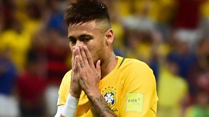 Neymar chocado em partida da seleção brasileira