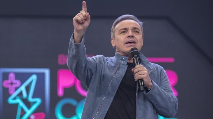 """Gugu com o dedo erguido e com um microfone na outra mão no palco do """"Power Couple"""""""