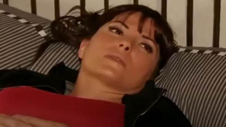 Marina deitada na cama