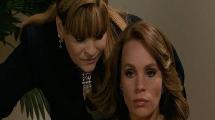Cena de Quando me Apaixono com Josefina sussurrando no ouvido de Roberta