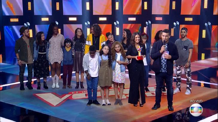 "Participantes do ""The Voice Kids"" no palco do programa ao lado de André Marques, Thalita Rebouças e Iza"