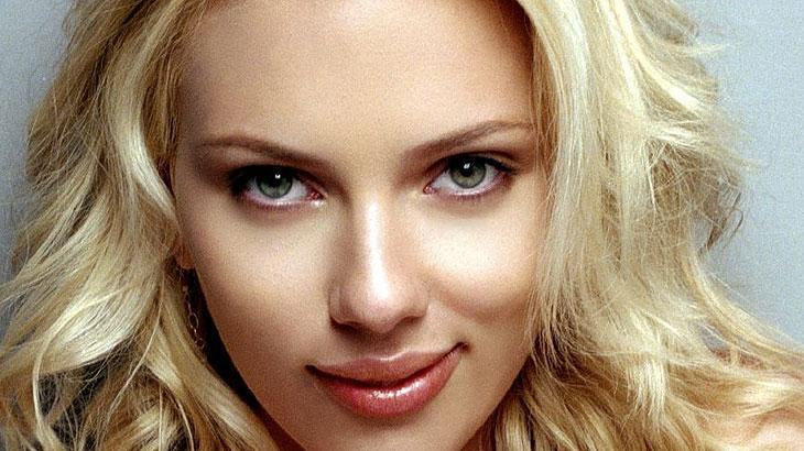 Scarlett Johansson: Ornitofobia: medo de pavões. A bela atriz confessou sofrer de Ornitofocia, que é medo de pavões. De acordo com ela, há algo nas penas da ave que a deixam apavorada.