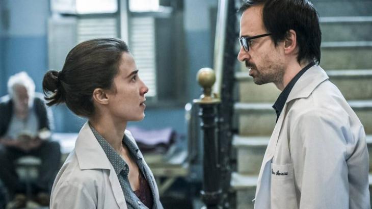 """Marjorie Estiano e Júlio Andrade de pé, um olhando para o outro, em cena de """"Sob Pressão"""""""