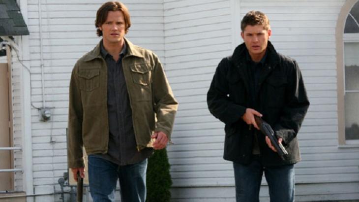 Protagonistas em cena de Supernatural