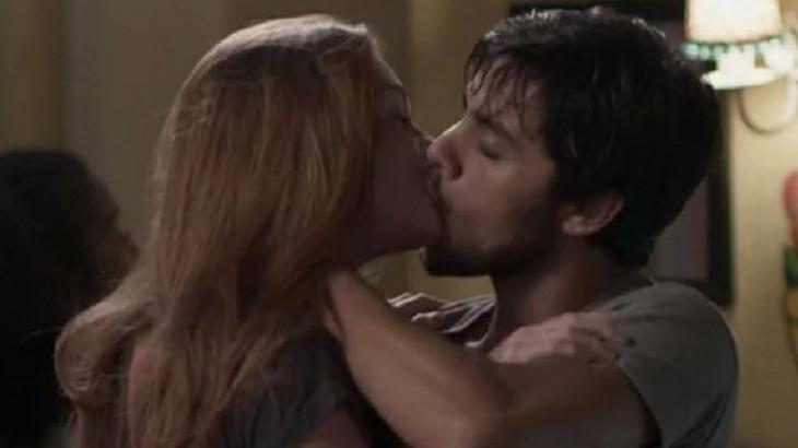 Totalmente Demais: Arthur flagra Eliza e Jonatas aos beijos e fica arrasado: