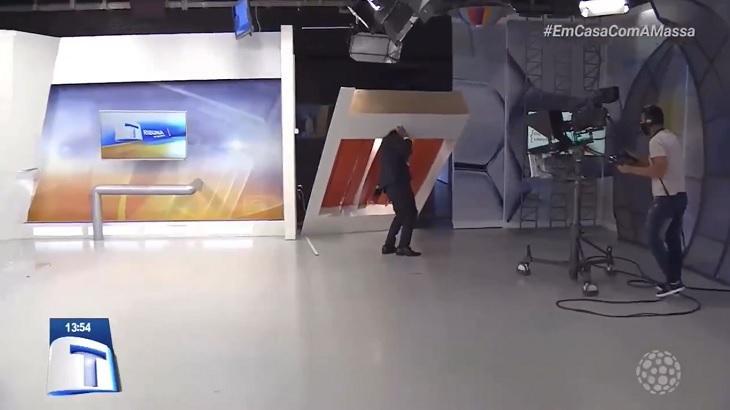 Tribuna da Massa teve cenário caindo em cima de apresentador - Foto: Divulgação