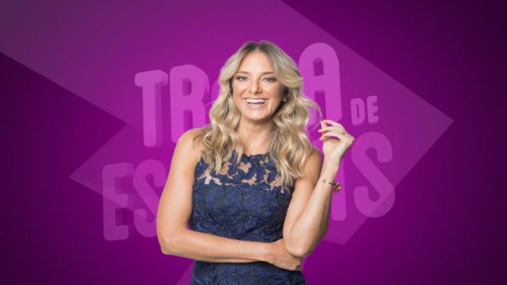 """Ticiane Pinheiro sorrindo para a foto no estúdio do """"Troca de Esposas"""""""