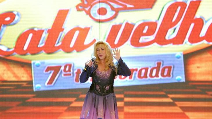 Vilma se veste de Angélica e canta