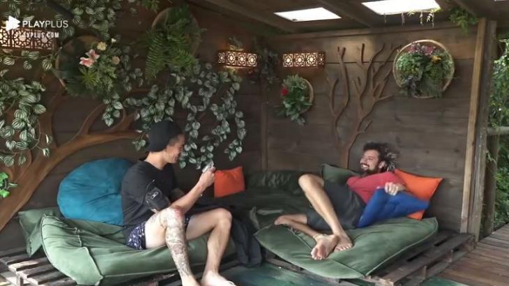 Na casa da árvore, Biel segura uma foto de mãe de Tays e brinca com Cartolouco