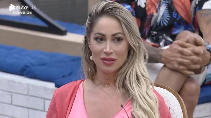 Na sala, Carol Narizinho espera pool party em A Fazenda 2020