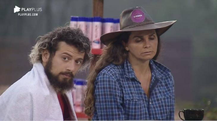 Na área externa, Lucas Cartolouco conversa com Luiza Ambiel em A Fazenda 2020