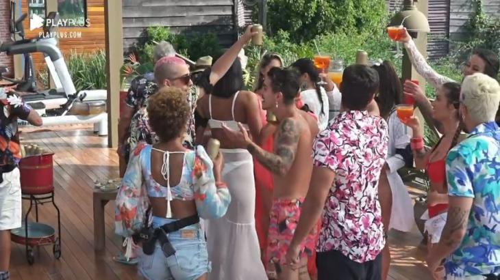 Foto de arquivo de peões em pool party de A Fazenda 2020