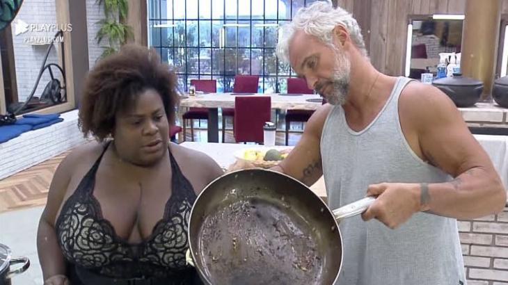 Na cozinha, Jojo e Mateus em A Fazenda 2020