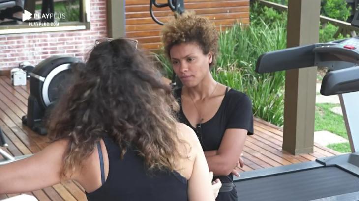 Na área externa, Lidi Lisboa ouve Luiza Ambiel contar sobre briga em A Fazenda 2020