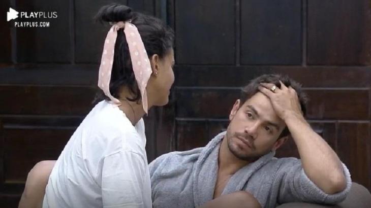 Na sala, Mariano é consolado por Jakelyne em A Fazenda 2020