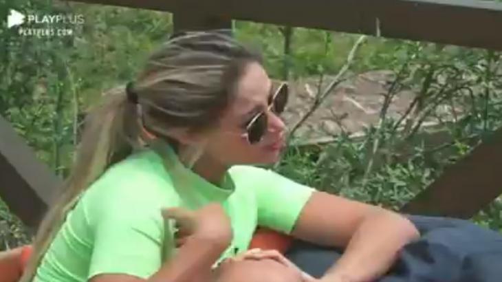 Na área externa, Carol Narizinho desabafa para Luiza Ambiel em A Fazenda 2020