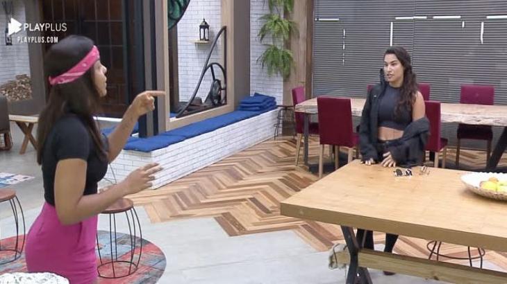 Na cozinha, Tays e Raissa discutem em A Fazenda 2020